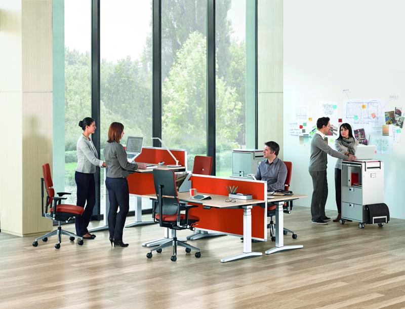 Esta línea de mesas disponen de un controlador programable opcional que permite con un solo botón elevar la mesa automáticamente hasta la altura de colaboración, poniendo a todos los participantes en igualdad de condiciones.